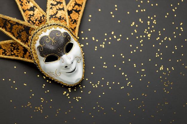 Вид сверху маски для карнавала с блеском и копией пространства