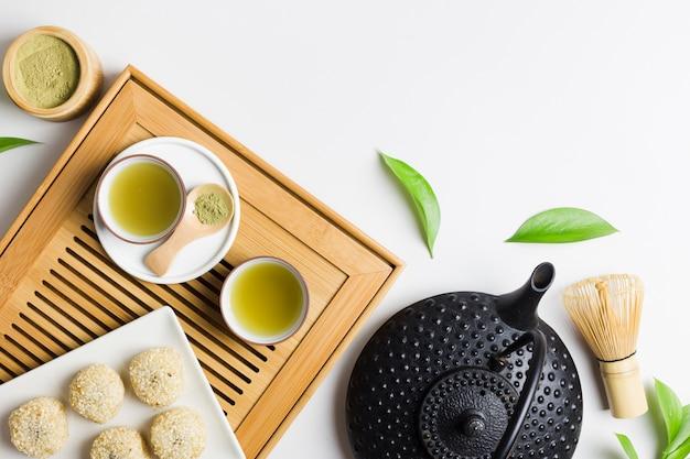 Вид сверху приготовления чая маття