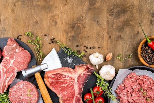 Вид сверху мяса с чесноком и зеленью
