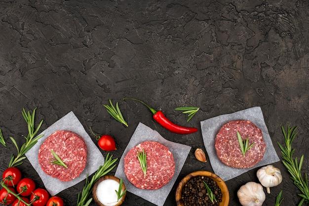 Вид сверху мяса с травами и копией пространства