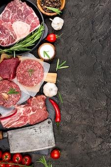 Вид сверху мяса с помидорами и перцем чили