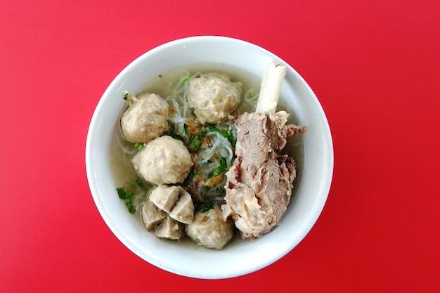 Вид сверху фрикадельки с козьими ребрами любимое блюдо индонезийской кухни