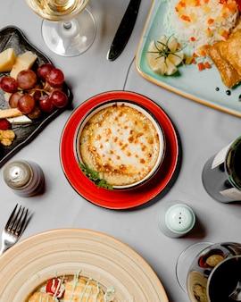 녹은 치즈 덮은 접시의 상위 뷰