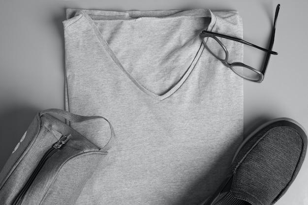 Вид сверху мужской модной одежды и аксессуаров на сером