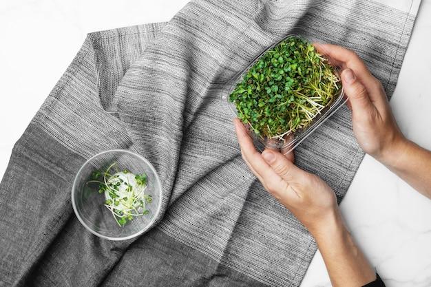 흰색 대리석 테이블에 microgreens의 최고 볼 수 있습니다. 건강한 슈퍼 푸드 개념.