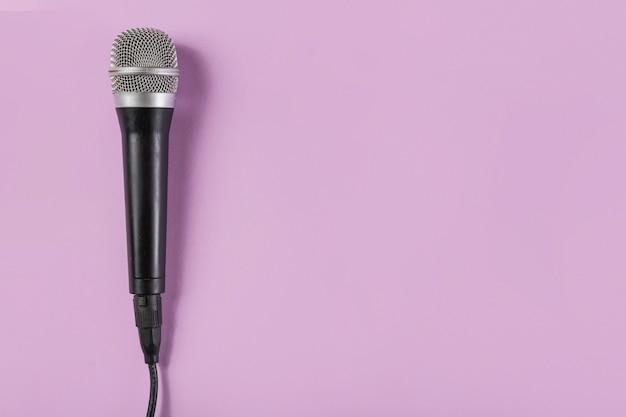 Вид сверху на микрофон на розовом фоне