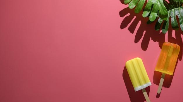 Вид сверху минимальной летней концепции с фруктовым мороженым на красном фоне