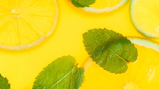 レモネードまたはフレッシュオレンジジュースのミントの葉とオレンジスライスの上面図。