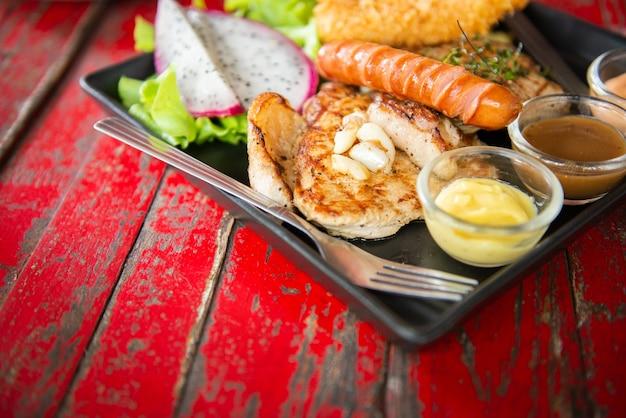 빈티지 나무 t에 믹스 스테이크와 신선한 녹색 허브 샐러드와 드래곤 과일의 상위 뷰