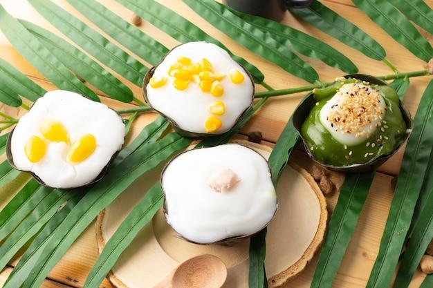タイのプリンとココナッツクリームのミックスの上面図、4つのトッピングはコーンタロイチョウのビロバシードとパンダン、伝統的なタイのデザートです。