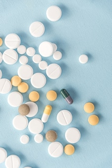 Вид сверху смешанных таблеток и капсул