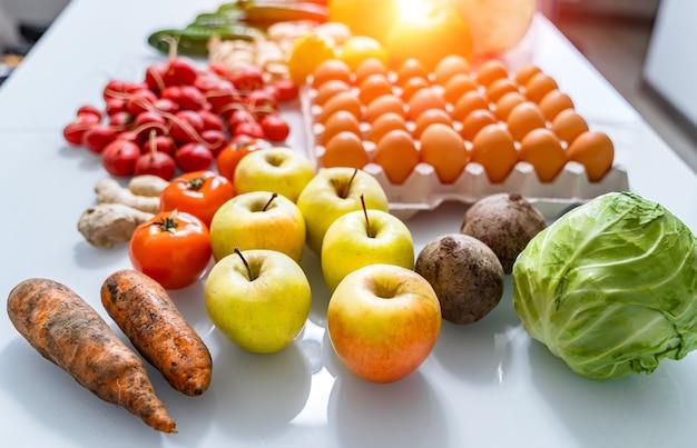 Вид сверху смешанных овощей. красноватый спереди. концепция органических продуктов питания. оставаться здоровым. потребление свежих продуктов