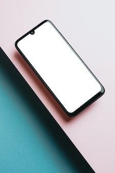 Вид сверху пустого шаблона экрана мобильного телефона на розовом и синем фоне с копией пространства, минимальный дизайн, формы, красочный фон, молодой стиль, флаг транссексуалов,