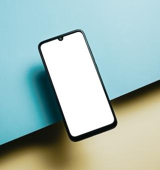 Вид сверху пустого шаблона экрана мобильного телефона на желтом фоне с копией пространства, минимальный дизайн, формы, красочный фон, молодой стиль, флаг транссексуалов,