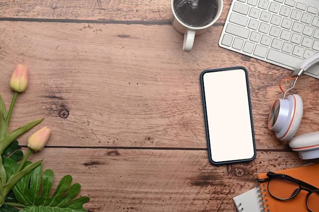 목탁에 있는 모의 휴대폰과 노트북의 상위 뷰.