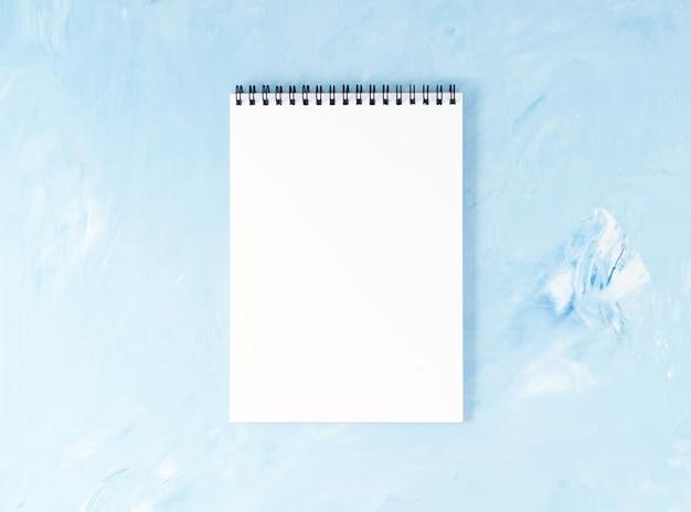 現代の明るい青いオフィスデスクトップメモ帳の平面図。 、 空の