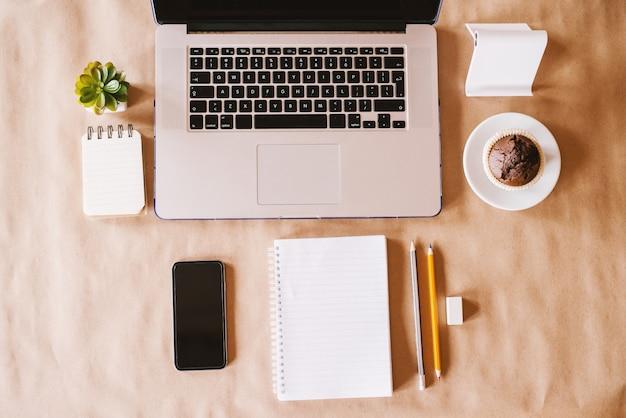 現代のビジネスとブログのワークスペースの平面図がオフィスの机の上に設定されています。