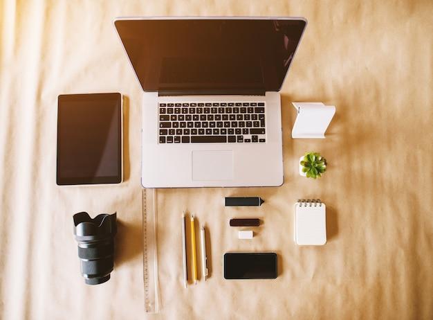 オフィスの机の上に設置された現代のビジネスと写真家のワークスペースの平面図。