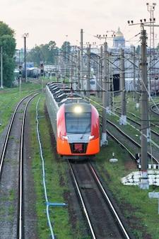 현대 도시 간 고속 열차 상업 교통의 상위 뷰