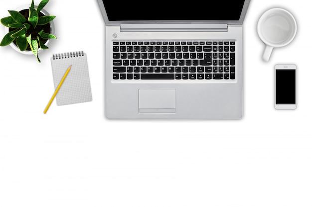 現代のラップトップコンピューター、鉛筆、空のカップ、携帯電話、白で隔離される植木鉢のノートの平面図です。ビジネスパーソンの職場。最新のガジェット。技術コンセプト