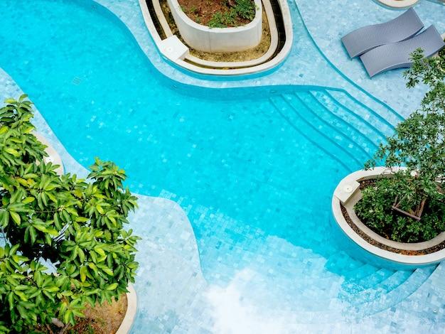 Вид сверху на современный бассейн.