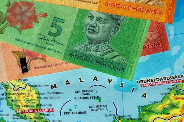 Вид сверху денег, банкноты ринггит малайзии и карта малайзии для фона. концепция бизнеса, финансов, экономики и инвестиций