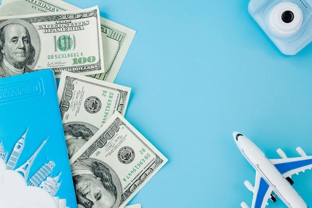 Вид сверху на деньги с камерой и самолетом для путешествий