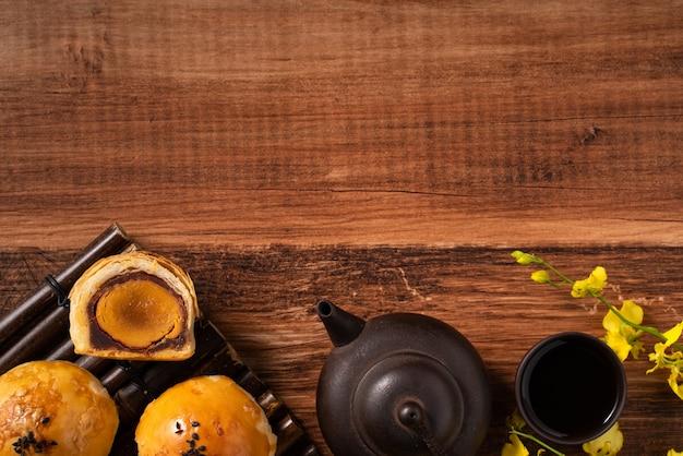 月餅ヨークペストリー、木製のテーブルの背景に中秋節の休日の月餅の上面図
