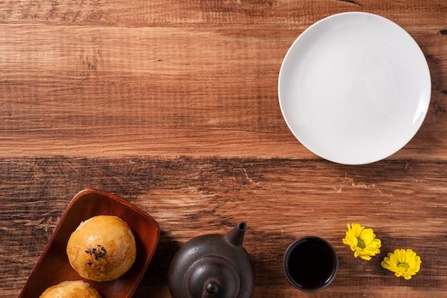 月餅卵黄ペストリー、木製のテーブルの背景に中秋節の休日の月餅の上面図
