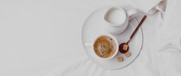 Вид сверху утреннего кофе с кубиками сахара и копией пространства