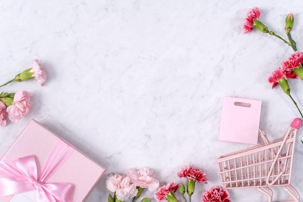 대리석 테이블에 카네이션 꽃 부케와 어머니의 날 배경 디자인 컨셉의 상위 뷰