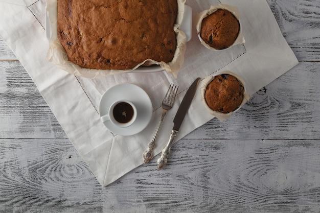 木製のテーブルにコーヒーとマフィンのトップビュー