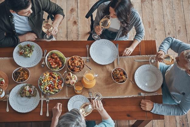 Вид сверху на многопоколенную семью, общающуюся за ужином