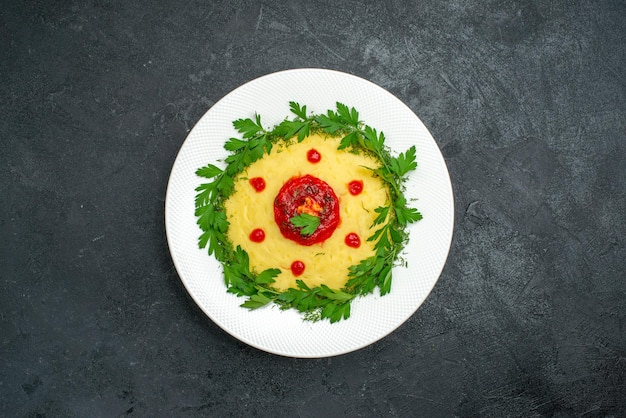 어둠에 토마토 소스와 채소와 함께 mushed 감자 요리의 상위 뷰