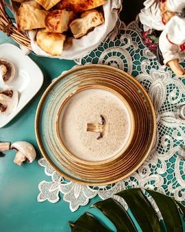 Вид сверху грибной крем-суп в миску
