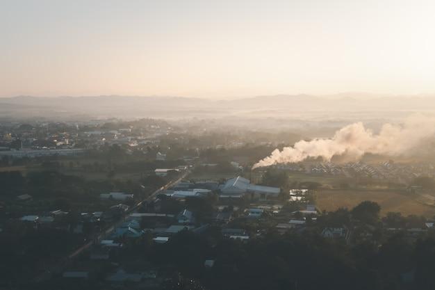 Nan province의 평면도와 독성 연기가 공장 샤프트에서 드리프트합니다. 대기 오염