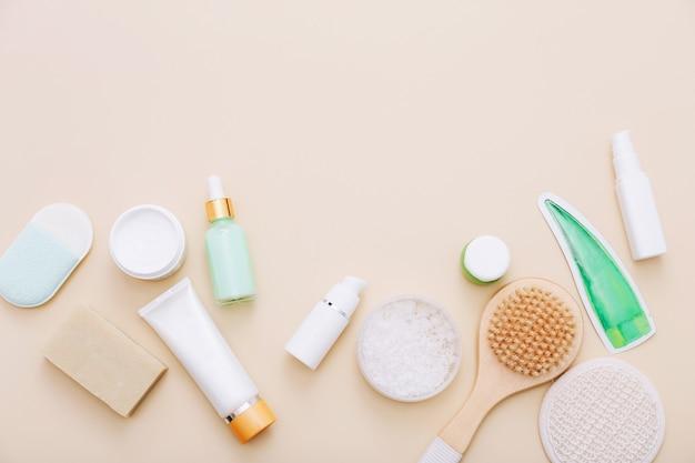 Вид сверху натуральных косметических средств по уходу за кожей и спа на бежевом