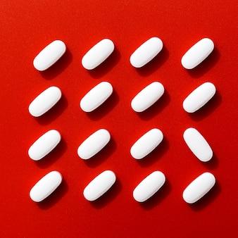 1つを除いてきれいに配置された錠剤の平面図