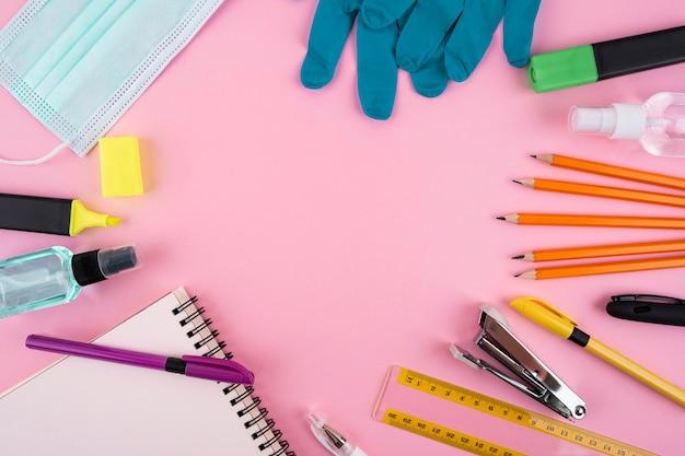 Вид сверху на новые предметы первой необходимости в нормальной школе