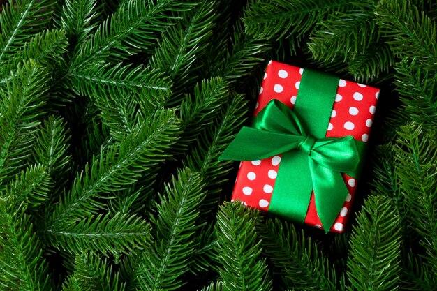 モミの木の枝で飾られた新年のギフトボックスの上面図