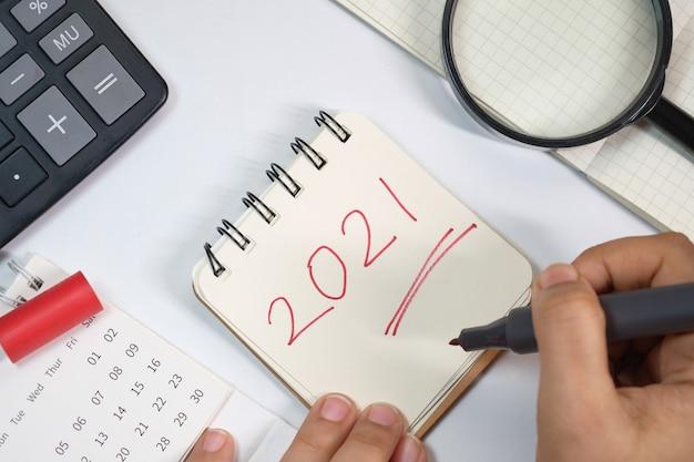 メモ帳の新年の目標テキストの上面図。