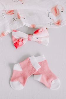 Концепция моды одежды новорожденной девочки вид сверху