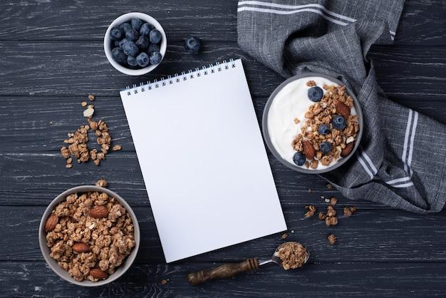 朝食用シリアルとブルーベリーのノートブックのトップビュー