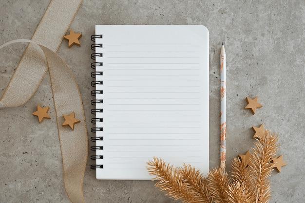 Вид сверху ноутбука с рождественскими украшениями. цели, планы, мечты и список дел на новый год. свободное место, место для копирования, макет или шаблон для вашего текста.