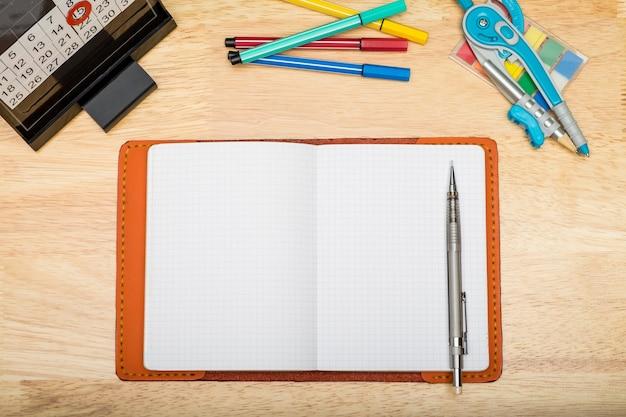 機械的な鉛筆とマーカーペンを備えたノートブックの上面図