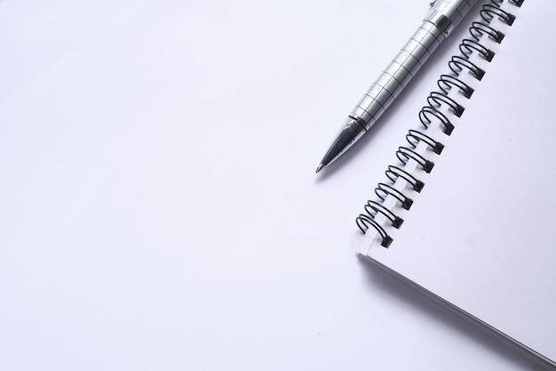 スペースと白のメモ帳とペンのトップビュー