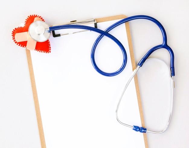 聴診器と破損したハートの形でメモ帳のトップビュー