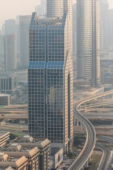 Вид сверху многочисленных автомобилей в движении в дубае, объединенные арабские эмираты