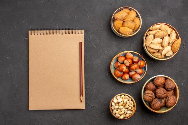 暗い表面の鉢の中のナッツ組成物の新鮮なナッツの上面図