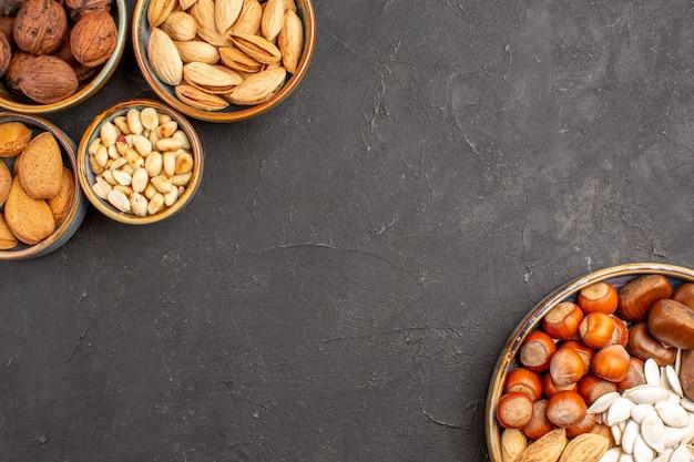 暗い表面のナッツ組成クルミと他のナッツの上面図